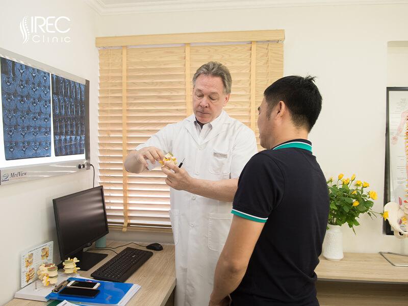 Bác sĩ tại IREC tư vấn chữa bệnh nhiệt tình