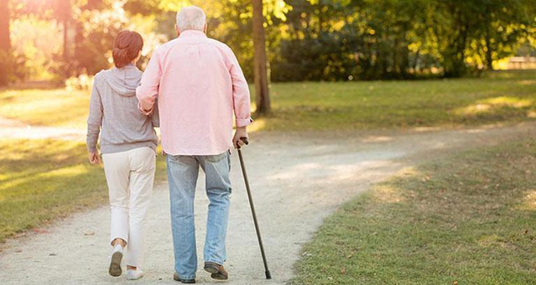 Đi bộ gần nhà cùng người thân 15-20 phút mỗi ngày giúp cải thiện đau thần kinh tọa