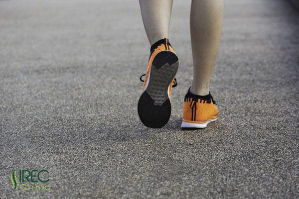 Đi bộ là một trong những bộ môn hỗ trợ cải thiện tình trạng bệnh hiệu quả