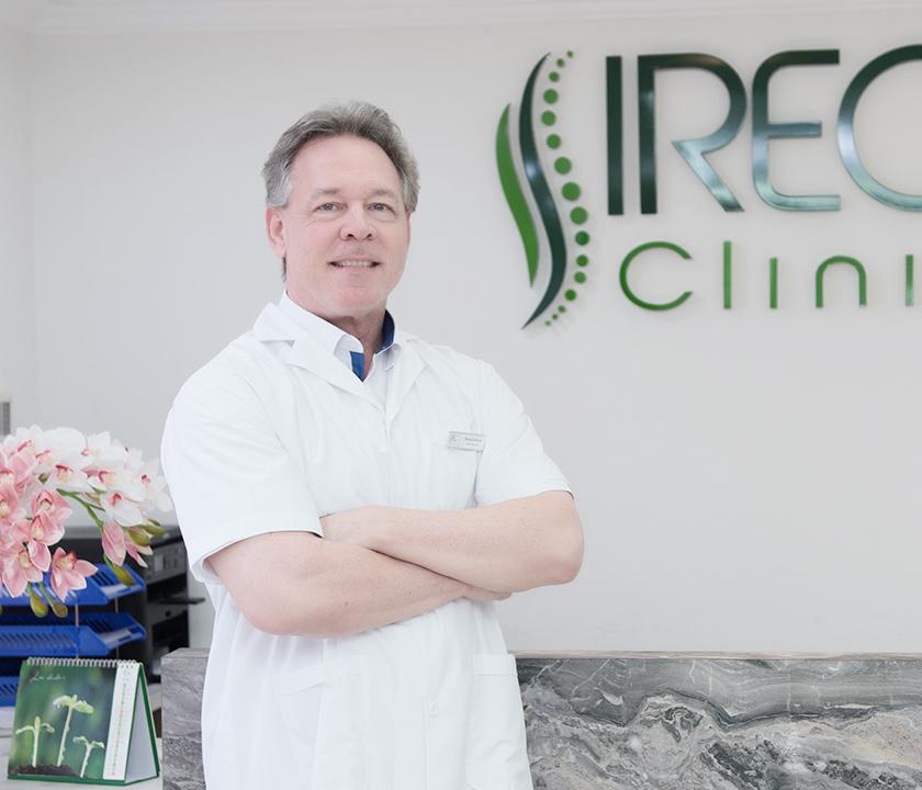 Dr. KimBall Brian John tốt nghiệp ngành Chiropractic tại Hoa Kỳ