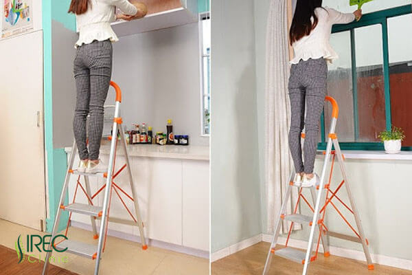 Dùng thang để lấy đồ vật trên cao