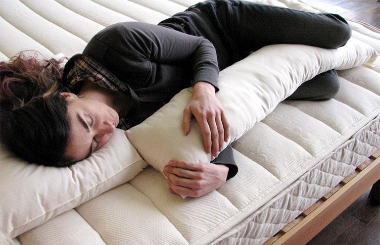 tư thế nằm ngủ cho người thoát vị đĩa đệm